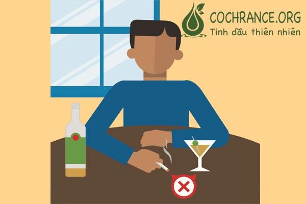 Không nên uống rượu bia, hút thuốc khi dùng xạ đen vì chất lượng xạ đen sẽ giảm.